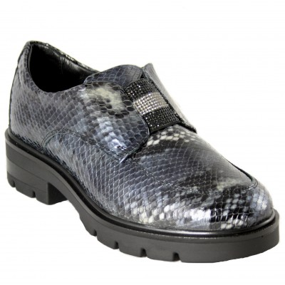 24 Hours 24752 - English type shoes with snake engraved leather detail of brilliants in the center